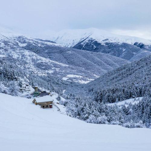 pelopín con raquetas de nieve y esquí de travesía