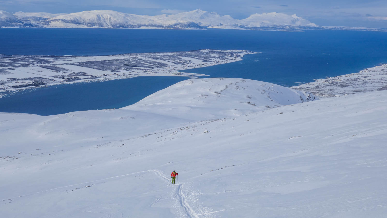 Esquí de montaña en Noruega. Lyngen. Picos Russelvfjellet y Storgalten