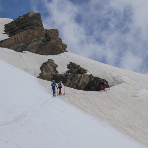 Aspe con esquís de montaña