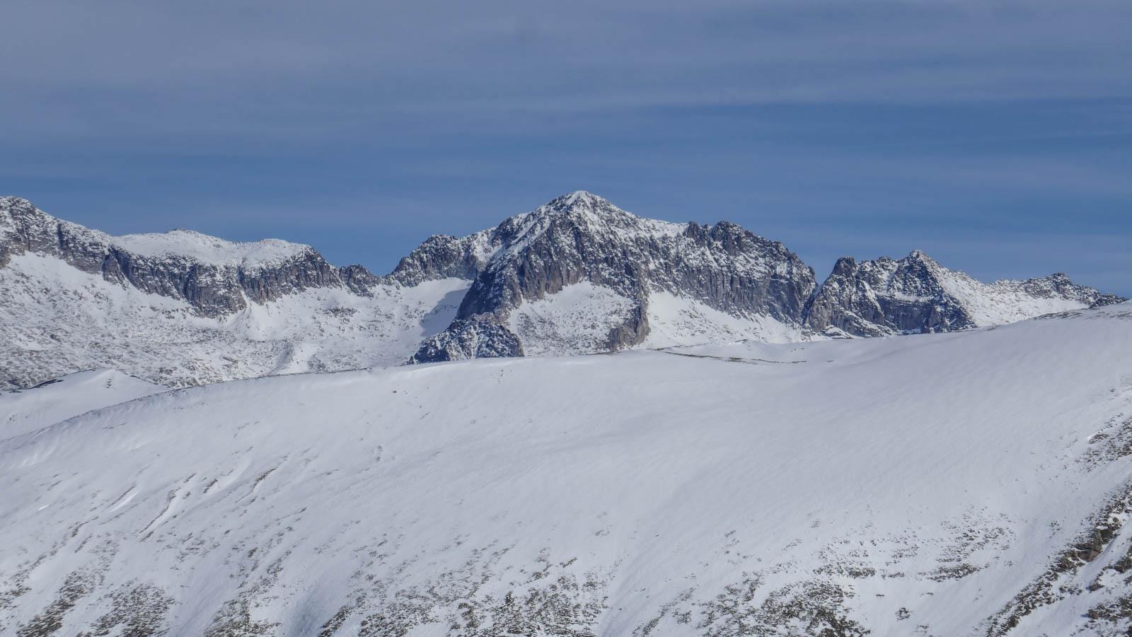 Pico Gallinero con esquí de montaña desde Ampriu